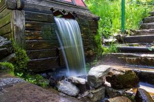 Почему вода течет из родника?